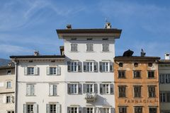 Κτήρια στην τετραγωνική πλατεία Duomo, Trento, Ιταλία στοκ φωτογραφία με δικαίωμα ελεύθερης χρήσης