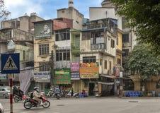 Κτήρια πολυ-ιστορίας και μοτοσικλέτες, Ανόι, πρωτεύουσα του Βιετνάμ στοκ φωτογραφίες με δικαίωμα ελεύθερης χρήσης