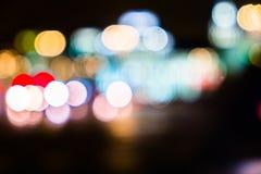 Κυκλοφορία πόλεων νύχτας σε μια γιγαντιαία μητρόπολη Ελαφρύ υπόβαθρο bokeh πόλεων Φωτεινοί σηματοδότες νύχτας Defocused στοκ φωτογραφία με δικαίωμα ελεύθερης χρήσης