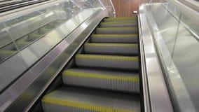 Κυλιόμενη σκάλα ενός σταθμού μετρό απόθεμα βίντεο