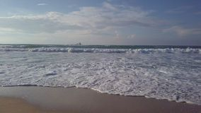 Κυματωγή στο costline με το σταθμευμένο βυτιοφόρο θάλασσας στοκ εικόνες με δικαίωμα ελεύθερης χρήσης
