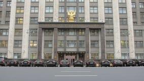 Κυρία είσοδος του κτηρίου της Δούμα στη Μόσχα Ρωσία απόθεμα βίντεο