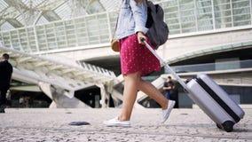 Κυρία με το σακίδιο πλάτης και αποσκευές κοντά στο σιδηροδρομικό σταθμό απόθεμα βίντεο
