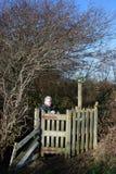 Κυρία στο φίλημα της πύλης στο δημόσιο μονοπάτι, χειμώνας στοκ εικόνες με δικαίωμα ελεύθερης χρήσης