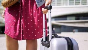 Κυρία στο φόρεμα με τις αποσκευές στην οδό φιλμ μικρού μήκους