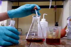 Κωνικά μπουκάλια στο χημικό εργαστηριακό υπόβαθρο στοκ φωτογραφία