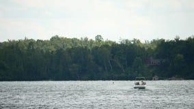 Κωπηλασία σε Μινεσότα Σκιέρ νερού που τραβιέται με τη βάρκα μηχανών ταχύτητας στην όμορφη λίμνη απόθεμα βίντεο