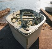 Κωπηλασία της βάρκας στην αποβάθρα στοκ φωτογραφία με δικαίωμα ελεύθερης χρήσης
