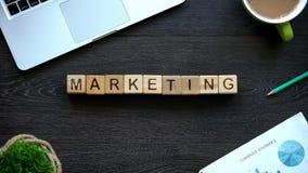 Λέξη μάρκετινγκ φιαγμένη από ξύλινους κύβους, διαφήμιση, δημόσιες σχέσεις, επιχείρηση στοκ φωτογραφία