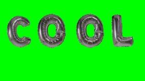 Λέξη δροσερή από τις ασημένιες επιστολές μπαλονιών ηλίου που επιπλέουν στην πράσινη οθόνη - απόθεμα βίντεο