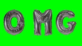 Λέξη OMG από τις ασημένιες επιστολές μπαλονιών ηλίου που επιπλέουν στην πράσινη οθόνη - απόθεμα βίντεο