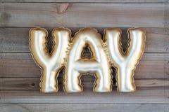 Λέξη YAY σε ένα ξύλινο υπόβαθρο flatlay Έννοια για την ευτυχία, ενθουσιασμός, διασκέδαση στοκ εικόνα