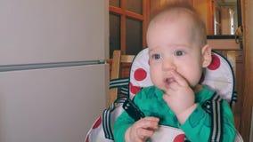 Λίγο χαριτωμένο αγόρι με δύο χαμηλότερα δόντια που τρώνε τα άχυρα και που φαίνονται συλλήφθεία στη δευτερεύουσα συνεδρίαση στην κ φιλμ μικρού μήκους