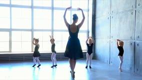 Λίγο Ballerina στην κατάρτιση στο μαύρο χορεύοντας κοστούμι Σχολείο μπαλέτου παιδιών ` s απόθεμα βίντεο
