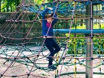 Λίγο redhead κορίτσι που παίζει στην παιδική χαρά στοκ εικόνες