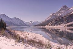 Λίμνη ψεκασμού και δύσκολα βουνά το χειμώνα με τις αντανακλάσεις στοκ εικόνες