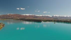 Λίμνη Ruataniwha, Νέα Ζηλανδία, νότιο νησί, δέντρα και βουνά, κυανές αντανακλάσεις νερού απόθεμα βίντεο