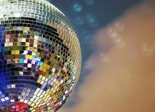 Λαμπρή σφαίρα καθρεφτών με τα ζωηρόχρωμα κυριώτερα σημεία στο disco στοκ εικόνες