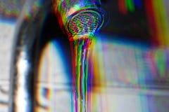 Λαμπρό κρύσταλλο - καθαρίστε το ρεύμα γλυκού νερού από τη βρύση μετάλλων, γραπτός και παραβιασμένος στοκ φωτογραφίες με δικαίωμα ελεύθερης χρήσης