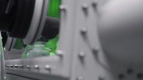 Λαστιχένια γάντια για να μην πραγματοποιήσει το χημικό πείραμα και καμία επαφή με τις ουσίες απόθεμα βίντεο