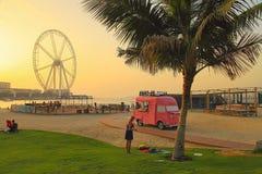 Λα Mer στο Ντουμπάι, Ε.Α.Ε. - 8 Μαΐου 2018: Οι άνθρωποι στηρίζονται στην παραλία στο ηλιοβασίλεμα Είναι μια νέα περιοχή beachfron στοκ εικόνες