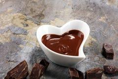 Λειώνοντας σοκολάτα/λειωμένος στρόβιλος και σωρός σοκολάτας σοκολάτας στοκ φωτογραφίες με δικαίωμα ελεύθερης χρήσης