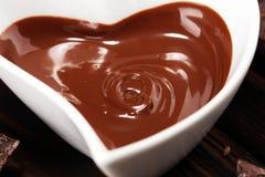Λειώνοντας σοκολάτα/λειωμένος στρόβιλος και σωρός σοκολάτας σοκολάτας στοκ εικόνες