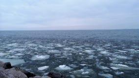 Λειώνοντας πάγος στη μεγάλη έκταση Μεγάλα χοντρά κομμάτια του πάγου, όπως το γυαλί, πάλη ο ένας εναντίον του άλλου Η έννοια της ο απόθεμα βίντεο