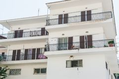 Λευκό που χτίζει τα μετακινούμενα δωμάτια Μπαλκόνια ενός εγκαταλειμμένου άσπρου κτηρίου στοκ εικόνα