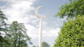 Λεπτομέρεια του φράκτη σιδήρου - ημισεληνοειδές σύμβολο φεγγαριών σε έναν κήπο δίπλα στο ισλαμικό μουσουλμανικό τέμενος απόθεμα βίντεο