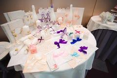 Λεπτομέρειες ενός γαμήλιου συμποσίου Διακόσμηση γαμήλιας τελετής, όμορφο γαμήλιο ντεκόρ, λουλούδια στοκ φωτογραφίες