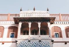 Λεπτομερή μπαλκόνια σχεδίου στο παλάτι πόλεων, Jaipur, Ινδία στοκ εικόνα
