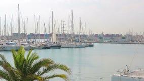 Λιμένας της Βαλένθια όπου sailboats και τα γιοτ βρίσκονται Το πρωί στη θέση τουριστών λιμένων, περπατά κοντά sailboats απόθεμα βίντεο