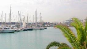 Λιμένας της Βαλένθια όπου sailboats και τα γιοτ βρίσκονται Το πρωί στη θέση τουριστών λιμένων, περπατά κοντά sailboats φιλμ μικρού μήκους