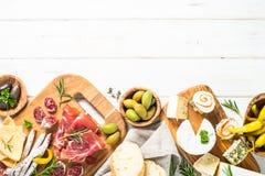 Λιχουδιές Antipasto - κρέας, τυρί και ελιές στοκ εικόνες με δικαίωμα ελεύθερης χρήσης