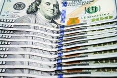 Λογαριασμοί αρκετών δολαρίων σε ένα άσπρο υπόβαθρο στοκ εικόνα