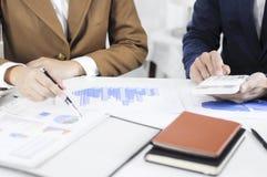 Λογιστών προγραμματισμού διοίκησης διοικητική αναθεώρηση συνεδρίασης της επένδυσης συμβουλευτική στοκ φωτογραφίες