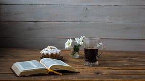 Λουλούδια ενός καφέ cupcake και ανοικτό βιβλίο σε ένα ξύλινο υπόβαθρο στοκ εικόνα με δικαίωμα ελεύθερης χρήσης