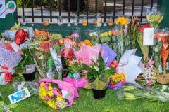 Λουλούδια, κάρτες συμπόνοιας και κεριά που τοποθετούνται στο μουσουλμανικό τέμενος μετά από να βλασταήσει σε Christchurch, Νέα Ζη στοκ εικόνες