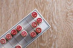 Λότο επιτραπέζιων παιχνιδιών πίνακας ξύλινος Μια κάρτα και βαρέλια σε το στη χαμηλότερη αριστερή γωνία Ενθουσιασμός και καλή τύχη στοκ εικόνα