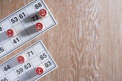 Λότο επιτραπέζιων παιχνιδιών πίνακας ξύλινος Δύο κάρτες και βαρέλια σε το στο αριστερό Ενθουσιασμός και καλή τύχη Ψυχαγωγία ομάδα στοκ φωτογραφίες με δικαίωμα ελεύθερης χρήσης