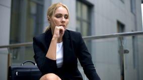 Λυπημένη επιχειρησιακή κυρία που σκέφτεται πέρα από τη σκληρή δουλειά και τις δυσκολίες, έλλειψη εμπειρίας στοκ φωτογραφία