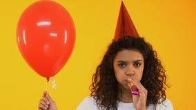 Λυπημένο κέρατο κομμάτων έφηβη φυσώντας, που τρυπιέται στον εορτασμό γενεθλίων, μοναξιά απόθεμα βίντεο