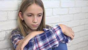 Λυπημένο παιδί, δυστυχισμένο παιδί, άρρωστο άρρωστο κορίτσι στην κατάθλιψη, τονισμένο στοχαστικό πρόσωπο απόθεμα βίντεο
