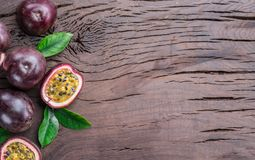 Λωτοί και η διατομή του το pulpy χυμό που γεμίζουν με με τους σπόρους Ξύλινη ανασκόπηση στοκ εικόνες