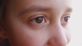 Μάτια ενός μικρού κοριτσιού που κοιτάζει μακριά, κινηματογράφηση σε πρώτο πλάνο φιλμ μικρού μήκους
