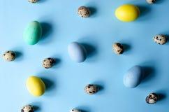 Μέρη των ζωηρόχρωμων και διαφορετικών μεγέθους αυγών Πάσχας στοκ φωτογραφία