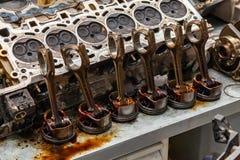 Μέρος της μηχανής που αφαιρείται από ένα χρησιμοποιημένο αυτοκίνητο για την επισκευή του ασημένιων μετάλλου και του αργιλίου με έ στοκ εικόνες με δικαίωμα ελεύθερης χρήσης
