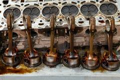 Μέρος της μηχανής που αφαιρείται από ένα χρησιμοποιημένο αυτοκίνητο για την επισκευή του ασημένιων μετάλλου και του αργιλίου με έ στοκ φωτογραφίες