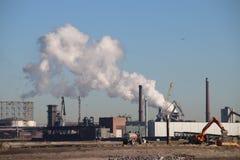 Μέρος του υδρατμού που βγαίνει από την καπνοδόχο του σκυροδέματος ENCI και του εργοστασίου τσιμέντου σε IJmuiden και Velsen στοκ εικόνες με δικαίωμα ελεύθερης χρήσης